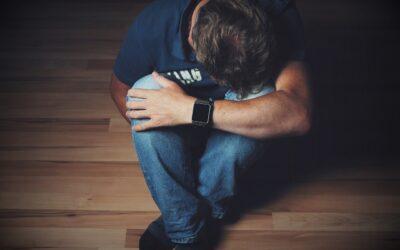 Que dire à quelqu'un qui a perdu un être cher, selon un conseiller en deuil